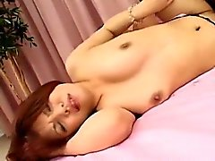 Varma MILF Mina Tits massaged och fitta fingered till hon squi