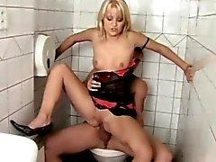 merda loiro da menina no de toilette