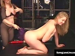 Sex Slave Sunny Lane domineras av mogna Nina Hartley!