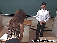 Professor asiático joga com galo estudante e depois os dedos sua bunda
