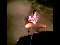 Sexy Nainen Ulkona Squirtin automallista Ei N kadun Nite ( täytyy katsoa )