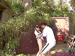 Bebê japonês pequena ferrado entre os pés