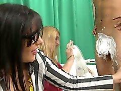 Amatööriluokassa CFNM lapsonen parranajon luuseri
