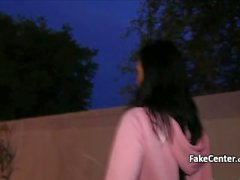 Hot Schlampe in der Öffentlichkeit in der Nacht durch gefälschte Agent gefickt