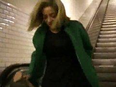 Amateur-Mädchen spielt Dildo in der Öffentlichkeit