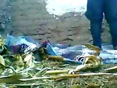 Отложений шлюха с арабского солдат Outside