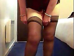 Mémé sexy de la robe rouge des de grands tits bandes de nu