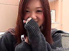 Japanische Schulmädchen reiben