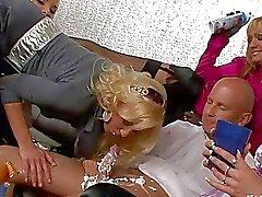 Weißkopf Bolzen wird seine harten Boner in lesbischen Gruppensex lecken