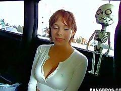 Kurzhaariges heißes Girl wird von einer van abgeholt