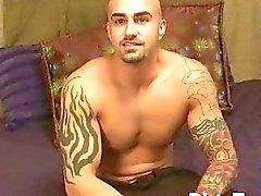 Dövmeli ve kaslı gay hunk dövmeli vücudunu gösterir