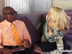 TEENGONZO peituda loira Sarah Vandella leva BBC gordura na buceta