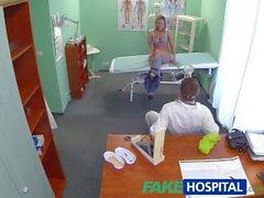 FakeHospital Çarpıcı sarışın doktor onun horoz reçete istiyor
