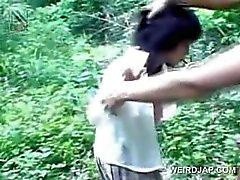 Jeune Fille Asiatiques activée sexuels prisonniers mange queue sur les genoux