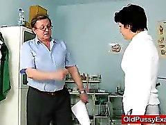 Não barbeado dona de casa Eva de visitas a ginecomastia doc inspecção cova porra