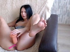 Camgirl si masturba con un dildo in webcam