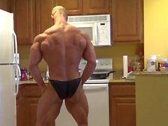 Brandon poseeraa keittiössä