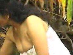 Große Brüste Brunette nimmt eine Dusche mit Wasser auf Titten