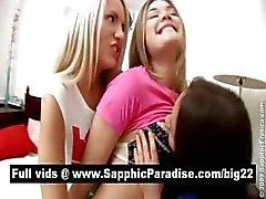 Amazing brunette en blonde Lesbiand vingeren en likken kutjes in een drie manier lesbische orgie