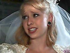 Femme blondinette baise anal par un black avant son mariage