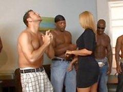 Dubbel - av ras ligister som tigga heta milf Mellanie i Monroe knulla utan hon blott väljer att ett