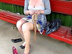 Tyttö laittaa sukat bussipysäkki