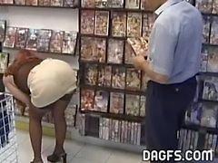 MILF fickt in den öffentlichen