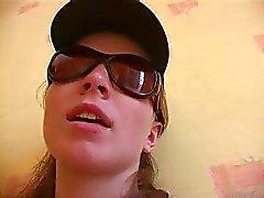 Bonito ruiva mal legal com óculos de sol mostra a sua vulva cabeluda