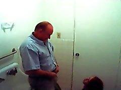 fake vakooja punapää antaa vanhan miehen pään kylpyhuoneessa