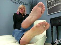 Angel beijou os pés - Sexy MILF Nikki Ashton faz você Jerkoff para os pés