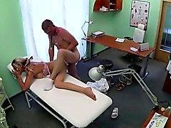 Blonden Küken wird die von Ärzten Hahn heilte