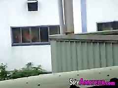 Voyeur que espía una pareja teniendo sexo