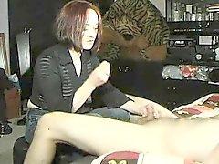 Classy punapää nainen musta paita näyttää kivat käden