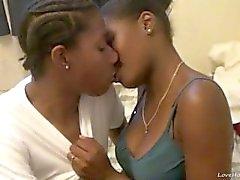 Hot lesbianas de ébano comen y coño dedos