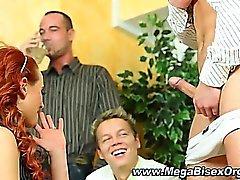 Петух сосание бисексуальную группе оргия