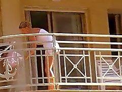 Vrouwen reinigen balkon geen slipje upskirt 1