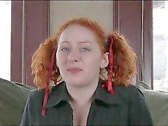 Em porcelana de Pigtailed do Redhead com os dedos Sua eléctricas peludo do do furo