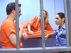 guy baisée par un gardien de prison dur