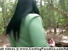 Bella Reese verbluffende brunette Babe openbare poseren buiten