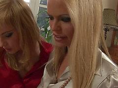 Angenehmer Blond Lesbo Lecken A Wet Wet Riss Schön