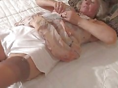 Schattige Granny Speelde In Fully Fashioned Kousen
