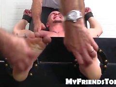 Jock bonito Adam é amarrado acima em uma cadeira do tickle para um tickling
