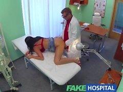 FakeHospital Busty seksi olgun MILF doktorun rahatlamasına yardımcı olur