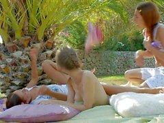 Beata Natasha et le Vika sont lez le sexe au jardin