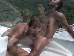espárragos mar tienen atractiva provocativa en un barco
