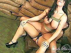 Военных милашек получайте удовольствие от страпону