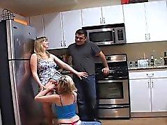 На кухне видно Эдди и Тони беседами со