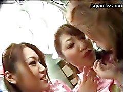 Сексуальная нюни Kissing Начало ее соскам сосала Pussy облизываемая облапанная Использование Vibrator со стороны других медсестры и доктора В процессе эксплуатации номере