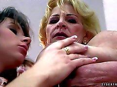 Brünett jährigen und Reife blonde haben verworrene Lesben Action
