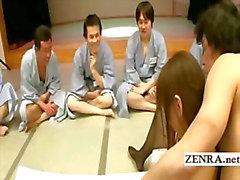 Grupo de japonês homens ogrish assistir ação de dedilhado